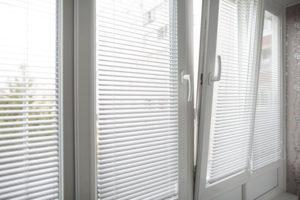 картинка окна с жалюзи в нутри, удобное управление